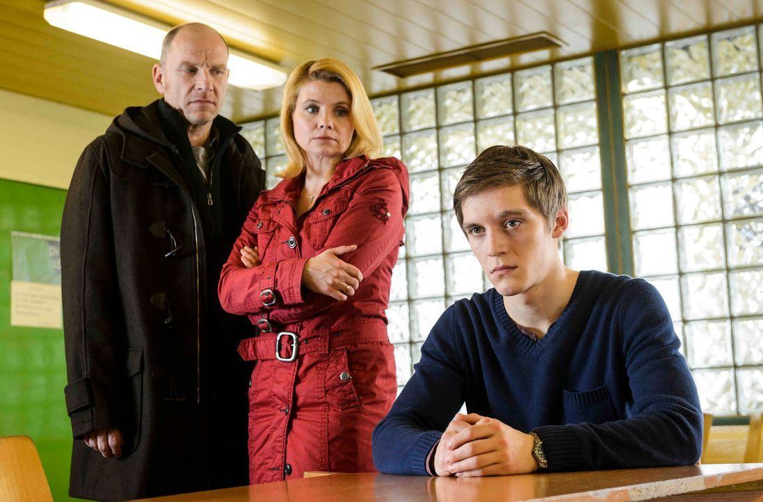 Als der 16-jährige Daniel (Jonas Nay, r.) als Hauptverdächtiger im Mordfall des elfjährigen Fabian verhaftet wird, beginnt für seine Eltern Claudia... - Bildquelle: Willi Weber SAT.1