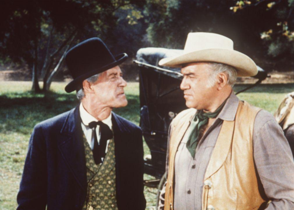 Ben Cartwright (Lorne Greene, r.) hat absoluten Respekt vor den gewieften Geschäftspraktiken Jedediah Milbanks (John Carradine, l.). - Bildquelle: Paramount Pictures