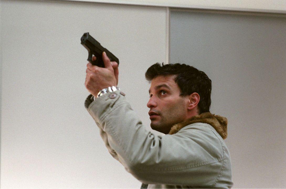 Als Gino (Luca Zamperoni) Marias Schreie hört, greift er zur Waffe und stürmt in die Villa. - Bildquelle: Thekla Ehling Sat.1