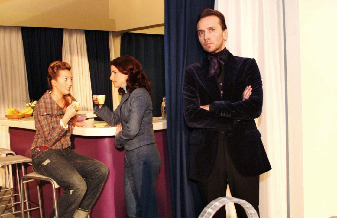 Hugo (Hubertus Regout, r.) ist getroffen, als er Inkas (Stefanie Höner, M.) und Hannahs (Laura Osswald, l.) Gespräch über ihn mitbekommt. - Bildquelle: Monika Schürle Sat.1