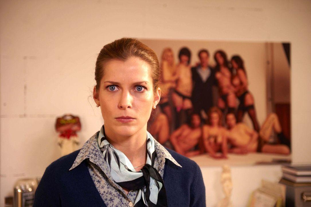 Fällt aus allen Wolken, als ihr klar wird, dass ihr Erbe eine Pornoproduktion ist: Marie (Valerie Niehaus) ... - Bildquelle: Walter Wehner SAT.1