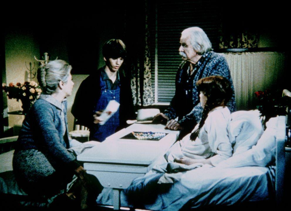 Zur Freude von Sam (Will Geer, r.) und Olivia (Michael Learned, l.) hat sich Jim Bob (David W. Harper, 2.v.l.) endlich dazu durchgerungen, seine Sch... - Bildquelle: WARNER BROS. INTERNATIONAL TELEVISION