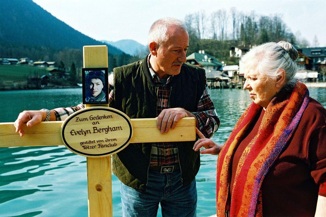 Clemens (Sepp Schauer, l.) zeigt Resi (Ruth Drexel, r.) das vom Fanclub gespendete Gedenkkreuz für die ermordete Bobfahrerin Evelyn Bergham. - Bildquelle: Aki Pfeiffer Sat.1