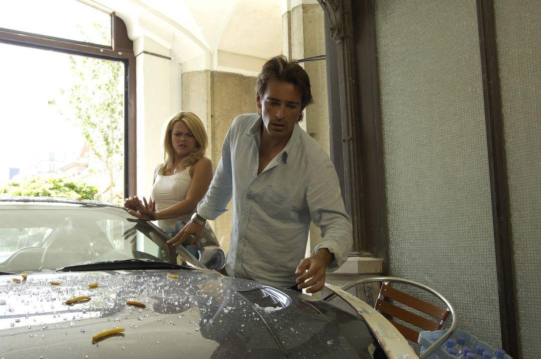 Macho im Schleudergang: Toms (Jan Sosniok, r.) und Irinas (Diana Herold, l.) Spritztour im neuen Maserati endet mitten in einem Schaufenster ... - Bildquelle: Stefan Erhardt ProSieben
