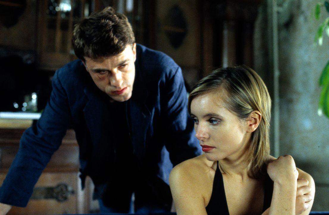 Mit Helen Braddy (Nadja Uhl, r.) hat Moritz Fink (Christoph Waltz, l.) einen passablen Ersatz für die rechtmäßige Erbin gefunden ... - Bildquelle: Lüders Sat.1