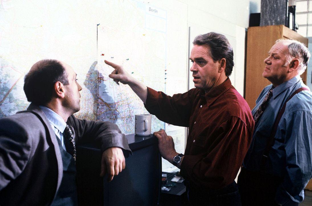 Kommissar Wolff (Jürgen Heinrich, M.), Staatsanwalt Fried (Gerd Wameling, l.) und Sawatzki (Klaus Pönitz, r.) verfolgen auf dem Stadtplan den Weg, d... - Bildquelle: Alfred Raschke Sat.1