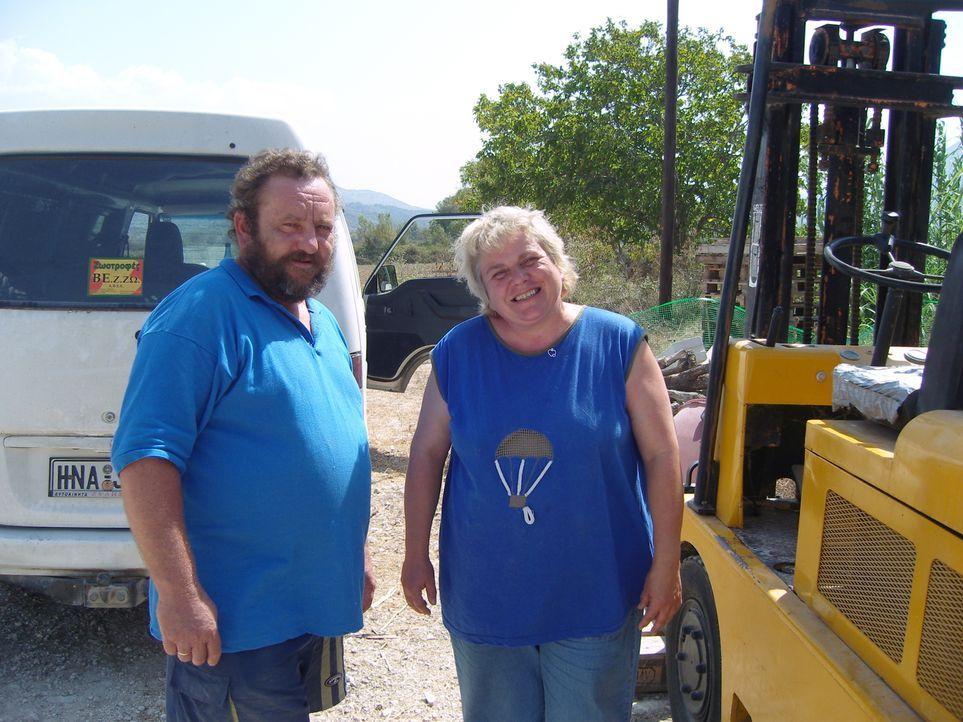Überlebenskampf: Sigrid (r.) und Karl (l.) Pfeffer leben seit elf Jahren in einem kleinen griechischen Dorf, doch ihr Hofladen wirft nicht viel ab .... - Bildquelle: kabel eins