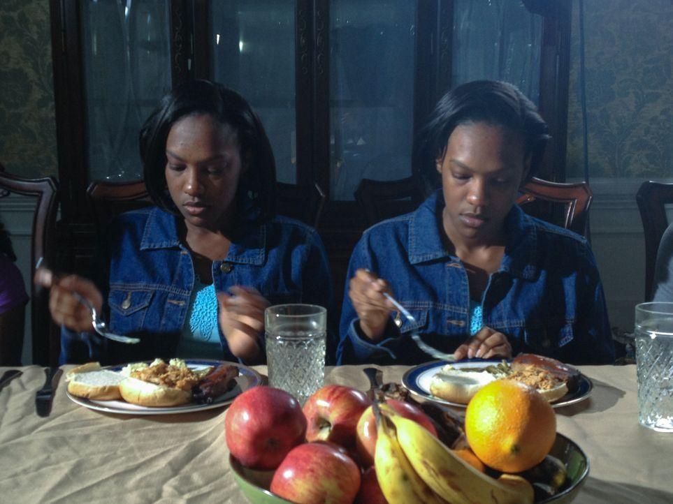 June und Jennifer Gibbons ziehen mit ihrer Familie von Barbados nach Wales, ... - Bildquelle: Discovery Communications, LLC.