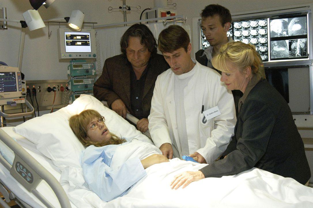 Als Lisa (Alexandra Neldel, liegend) in der Klinik, umringt von Jürgen (Oliver Bokern, 2.v.r.) und ihren besorgten Eltern Helga (Ulrike Mai, r.) und... - Bildquelle: Noreen Flynn Sat.1