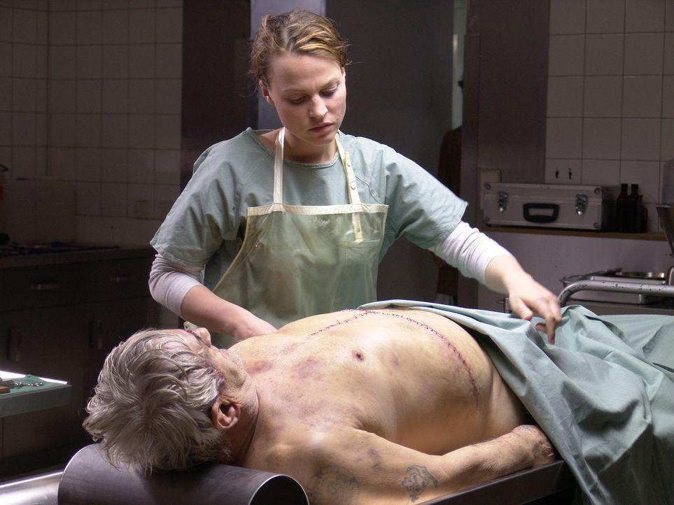 Als Leo (Maria Simon, hinten) einen Obdachlosen (Dieter Dost, liegend) obduziert, kommt sie einem grauenvollen Geheimnis auf die Spur ... - Bildquelle: Volker Roloff ProSieben