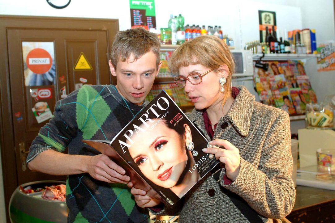 Oh Schreck: Lisa (Alexandra Neldel, r.) und Jürgen (Oliver Bokern, l.) erkennen Lisas Ohrringe auf dem Cover einer Modezeitschrift und finden darin... - Bildquelle: Monika Schürle Sat.1