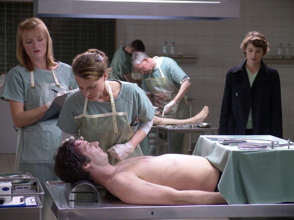 Als ihr Freund Max tot in seinem Labor aufgefunden wird, kann Leo Herzog (Maria Simon, M.) nicht an einen Selbstmord glauben. Doch für die Kommissar... - Bildquelle: Volker Roloff ProSieben