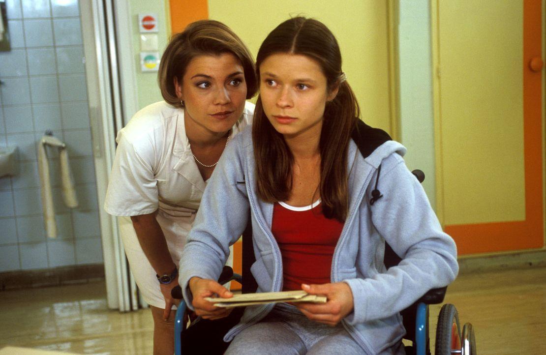 Stephanie (Claudia Schmutzler, l.) möchte der jungen Antonia Lubosch (Sabine Grabis, r.) gern helfen, das Trauma nach dem Überfall zu überwinden.... - Bildquelle: Noreen Flynn Sat.1