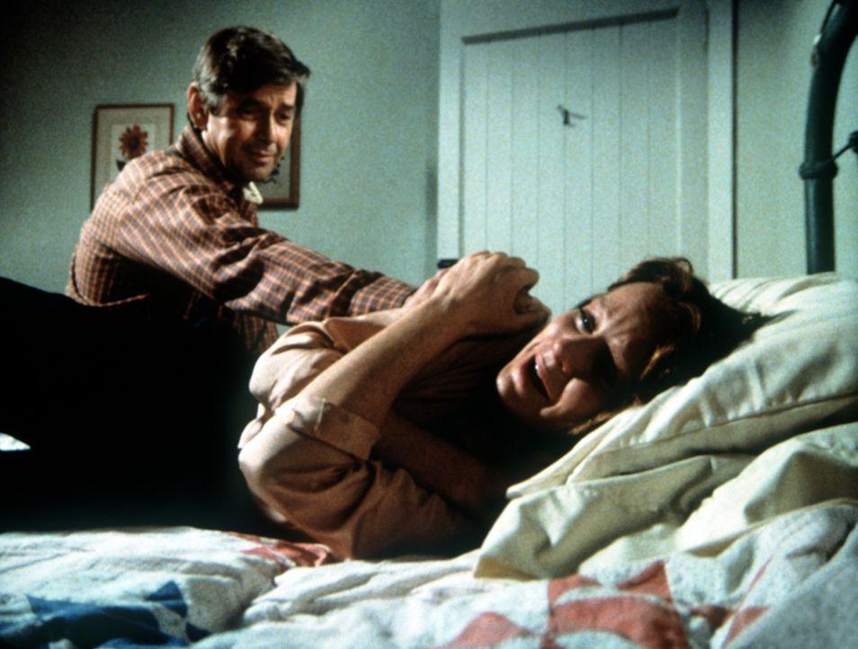 Aus Liebeskummer vergießt Erin (Mary Beth McDonough, r.) bittere Tränen. Vergebens versucht ihr Vater John (Ralph Waite, l.), sie zu trösten. - Bildquelle: WARNER BROS. INTERNATIONAL TELEVISION