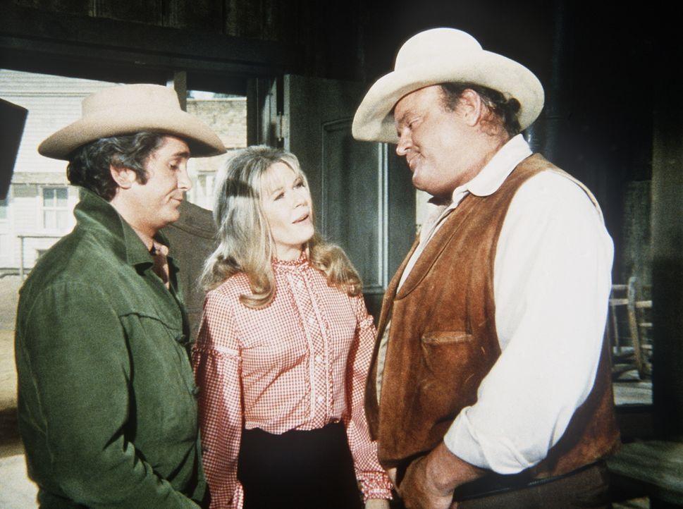 Hoss (Dan Blocker, r.) und Little Joe (Michael Landon, l.) wollen die Geschäftsleitung ihres Saloons Ellen Sue (Loretta Swit, M.) übertragen. - Bildquelle: Paramount Pictures
