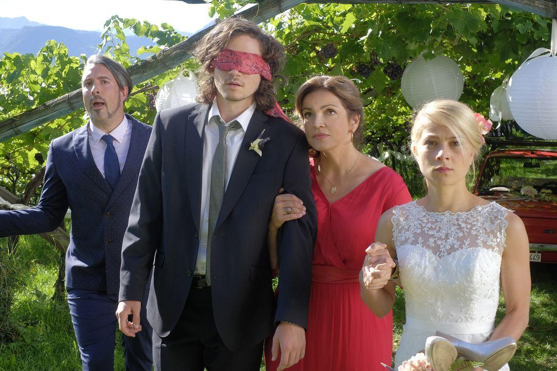 Gemeinsam mit Hochzeitsplaner Giovanni (Lukas Spisser, l.) und Claudia (Rebecca Immanuel, 2.v.r.) treten Jade (Lea Ruckpaul, r.) und Oliver (Tilman... - Bildquelle: Jacqueline Krause-Burberg SAT.1/Jacqueline Krause-Burberg