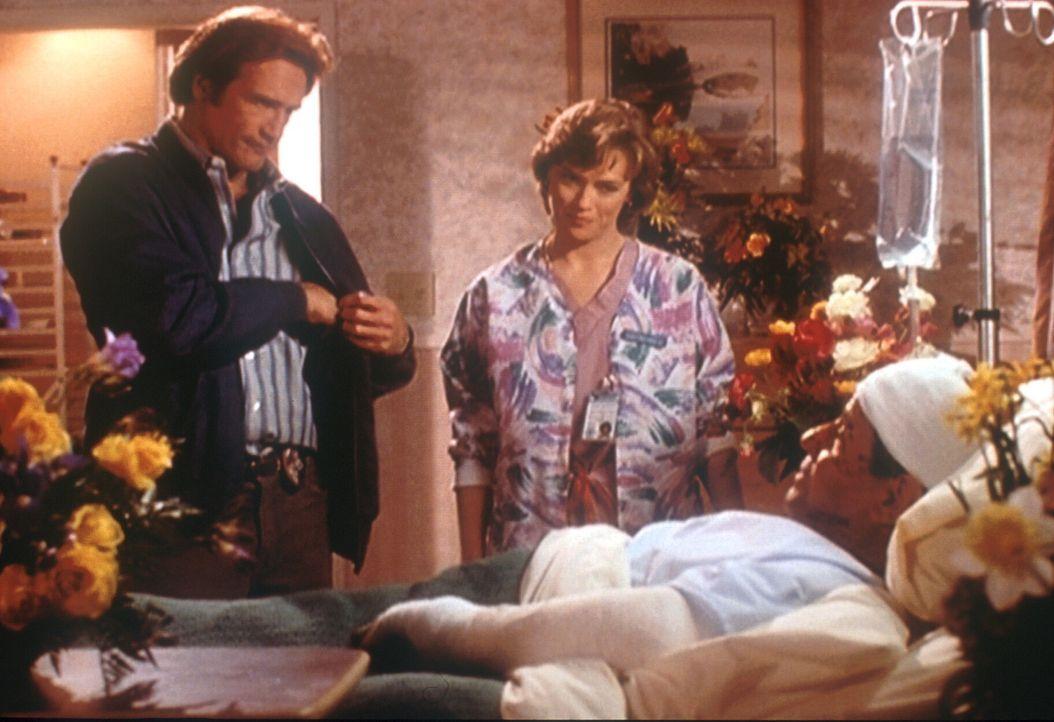 Steve (Barry Van Dyke, l.) besucht den bei einem Attentat verletzten Norman (Michael Tucci, r.); der Anschlag hatte eigentlich seinem Vater Mark geg... - Bildquelle: Viacom