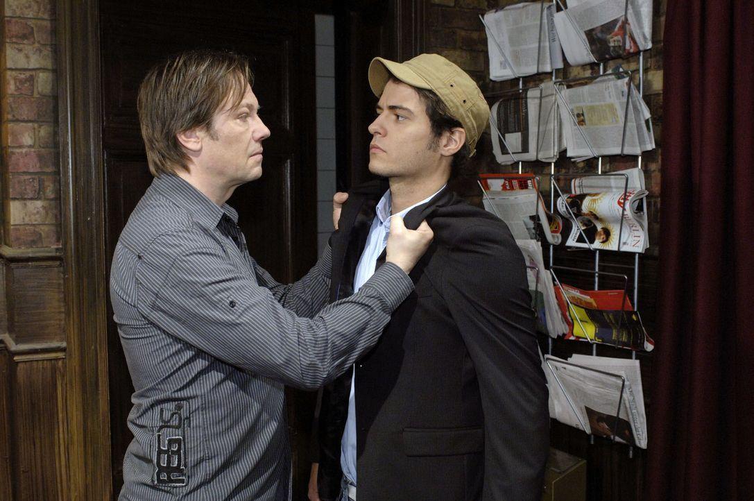 Armin (Rainer Will, l.) droht Maik (Sebastian König, r.), bald das Geld zu beschaffen, ansonsten werde es seine Freundin zu spüren bekommen ... - Bildquelle: Oliver Ziebe Sat.1