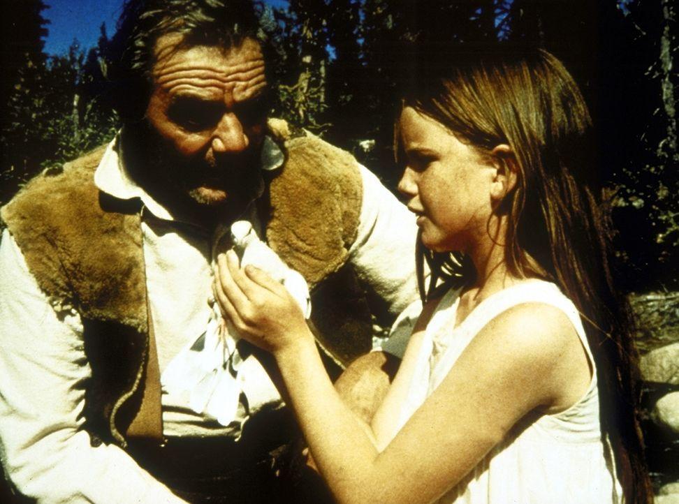 Jonathan (Ernest Borgnine, l.) und Laura (Melissa Gilbert, r.) freunden sich in den Bergen an. - Bildquelle: Worldvision