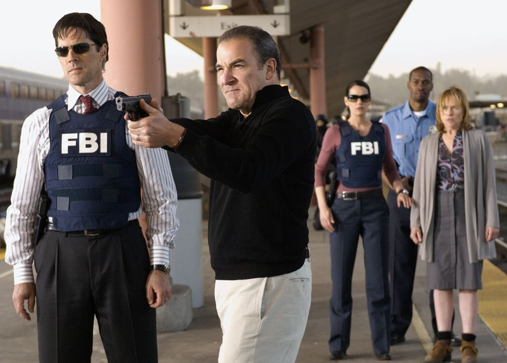 (v.l.n.r.) Aaron Hotchner (Thomas Gibson); Jason Gideon (Mandy Patinkin); Emily Prentiss (Paget Brewster); Jane (Amy Madigan) - Bildquelle: Randy Tepper 2007 ABC Television Studio. All rights reserved. NO ARCHIVE. NO RESALE. / Randy Tepper