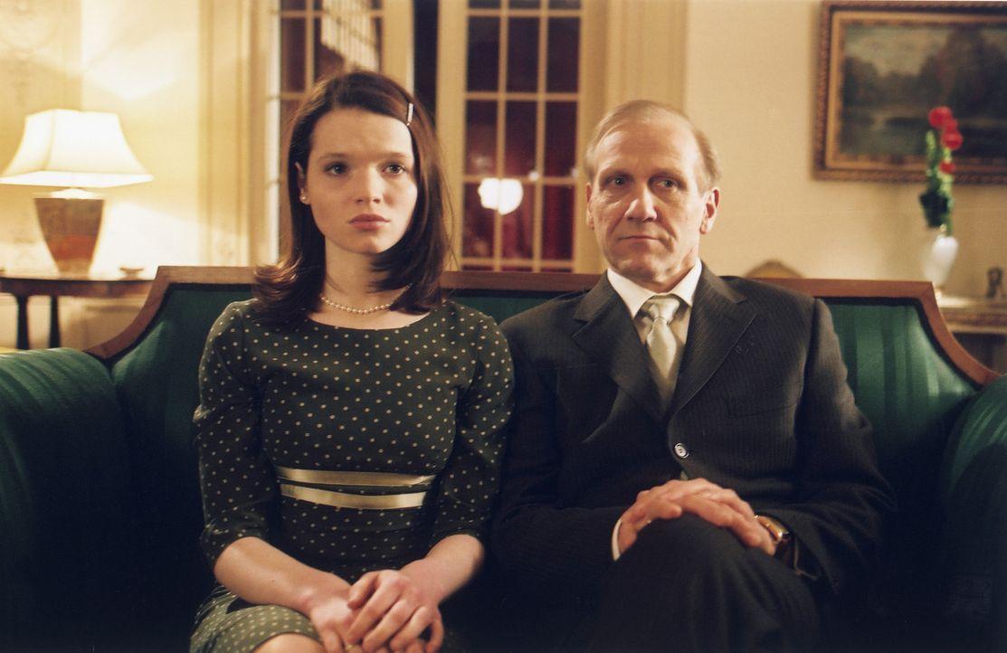 Zu ihrem 18. Geburtstag hat Ihre Königliche Hoheit Prinzessin Sophia (Karoline Herfurth, l.) nur einen Wunsch: Sie möchte gerne mit ihrem Vater, Kön... - Bildquelle: Volker Roloff ProSieben