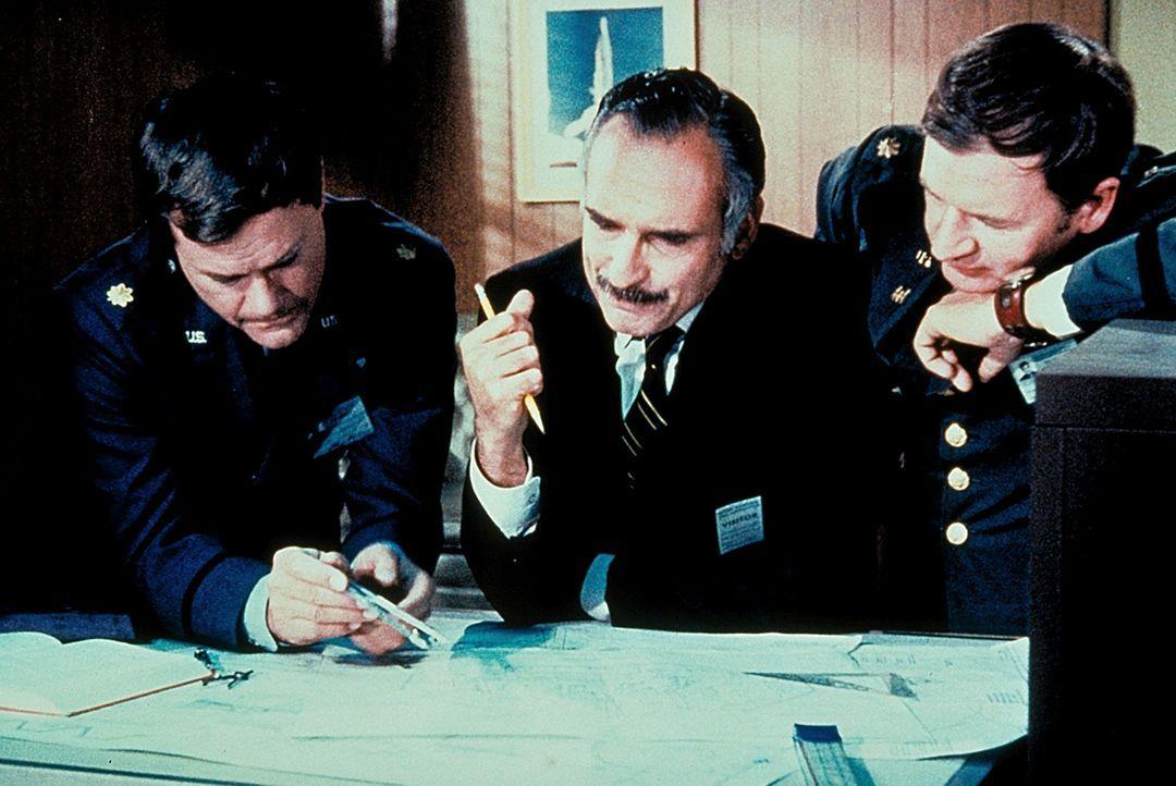 Tony (Larry Hagman, l.) und Roger (Bill Daily, r.) tüfteln aus, wie das neue Apartment eingerichtet werden soll. Doch vorher muss das alte Haus verk...