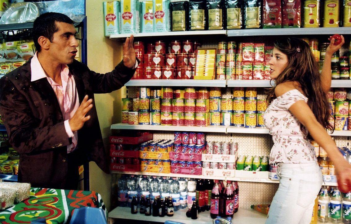 Alyans (Erdal Yildiz, l.) hat wieder Streit mit Fatima (Arzu Bazman, r.) - Bildquelle: Volker Roloff Sat.1