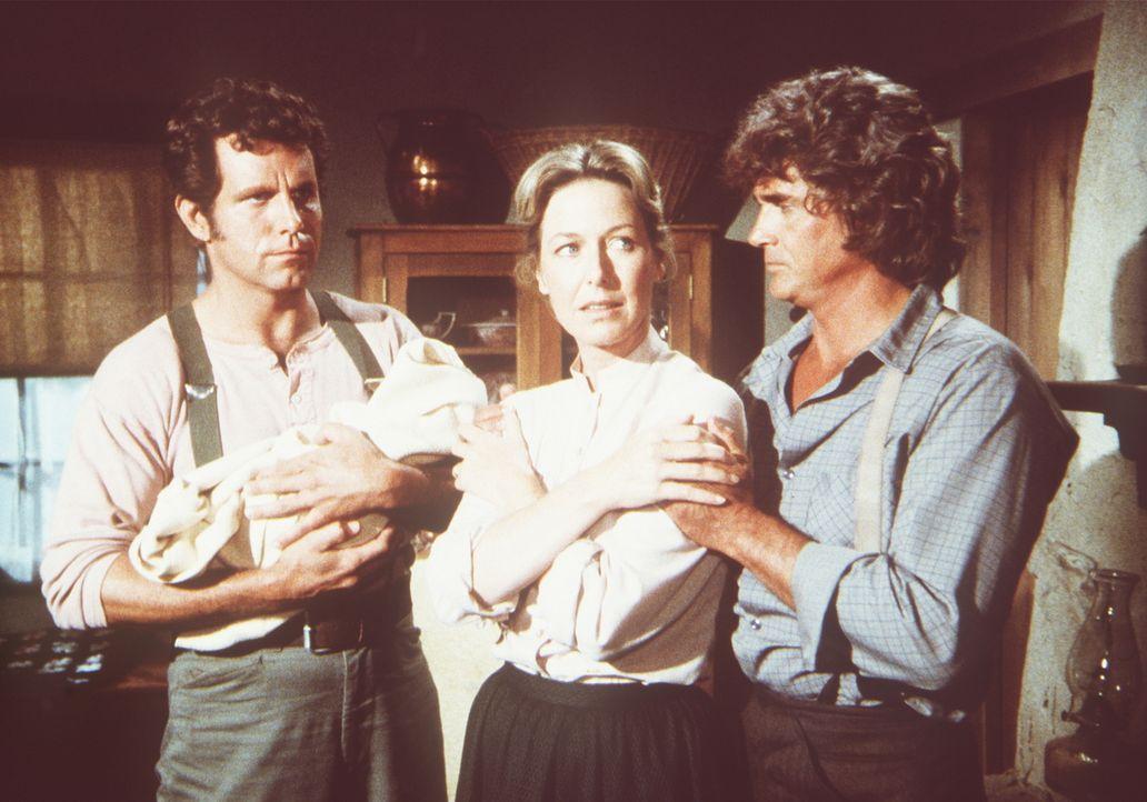 Caroline (Karen Grassle, M.) und Charles Ingalls (Michael Landon, r.) sind glücklich, daß der schwarze Arzt Nathans (John Shearin, l.) Baby und sein... - Bildquelle: Worldvision