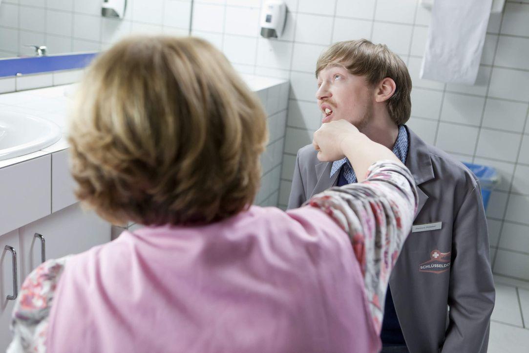 Der Rettungsversuch von Nils lässt Toilettenfrau Katja Kabanova (Jana Lissovskaia, l.) handgreiflich werden, was Hannes (Tino Mewes, r.) zu spüren b... - Bildquelle: Frank Dicks SAT.1