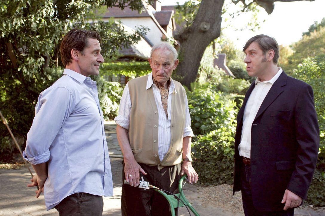 Cousin Heinz (Uwe Rohde, r.) interessiert sich für den Zustand des Rosengartens - und wundert sich, dass Christoph (Max Tidof, l.) den betagten Albe... - Bildquelle: Boris Guderjahn Sat.1