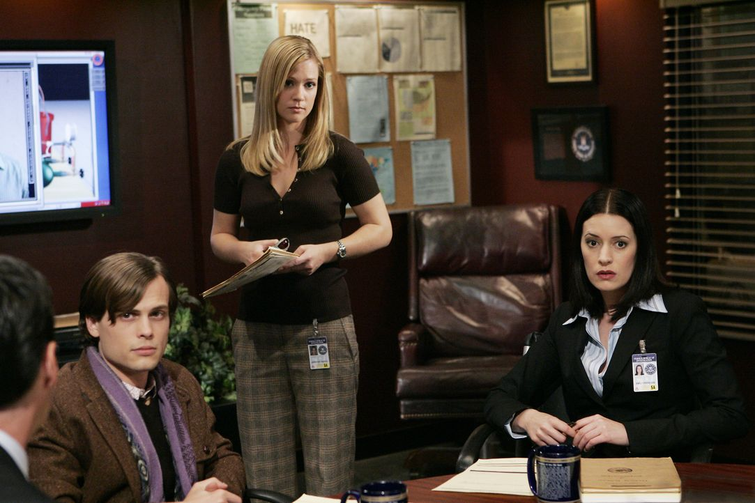Versuchen einen neuen Fall zu lösen: Reid (Matthew Gray Gubler, l.), JJ (AJ Cook, M.) und Emily Prentiss (Paget Brewster, r.) ... - Bildquelle: Cliff Lipson 2006 Touchstone Television. All rights reserved. NO ARCHIVE. NO RESALE. / Cliff Lipson