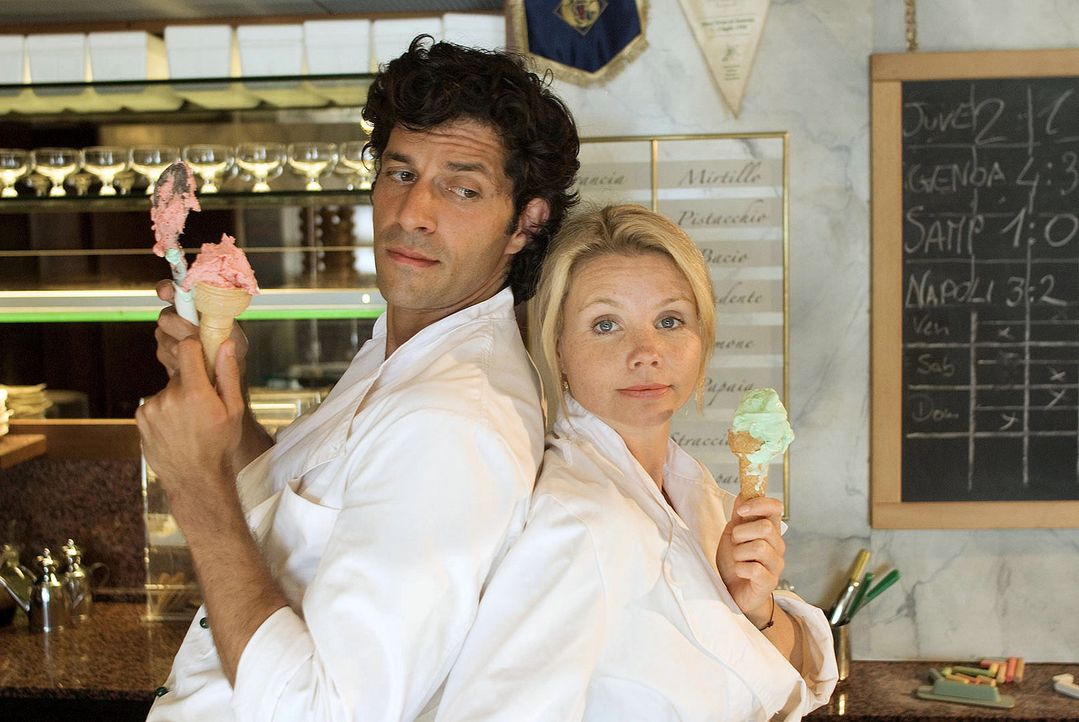 Als die Hamburger Top-Unternehmensberaterin Lissy (Annette Frier, r.) erfährt, dass sie die Hälfte einer italienischen Eisdiele geerbt hat, macht si... - Bildquelle: Hardy Brackmann Sat.1