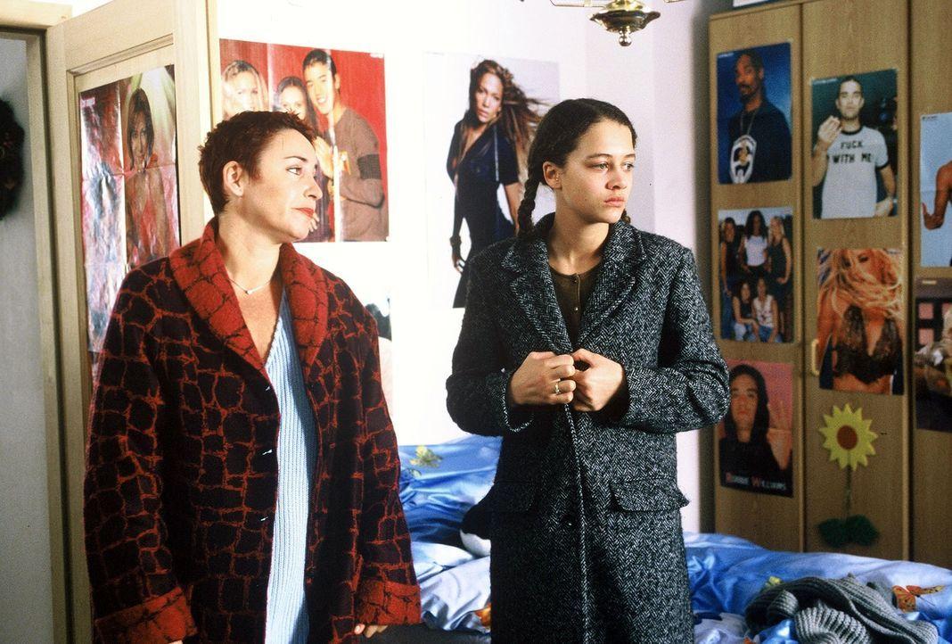 Sabrina Lorenz (Katerina Jacob, l.) befragt Juliane Kolka (Oona Devi Liebich, r.) zu dem Mord an ihrer Freundin Roswitha. - Bildquelle: Magdalena Mate Sat.1