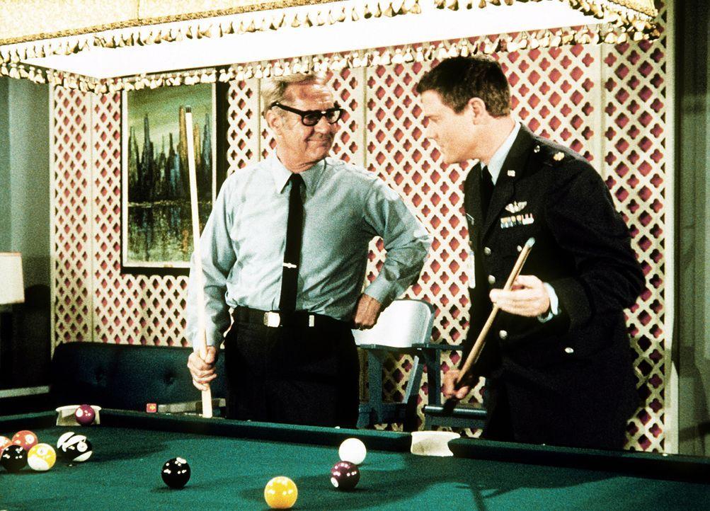 Tony (Larry Hagman, r.) kann im Spiel gegen General Schaefer (Vinton Hayworth, l.) eine Kugel nach der anderen versenken ... - Bildquelle: Columbia Pictures