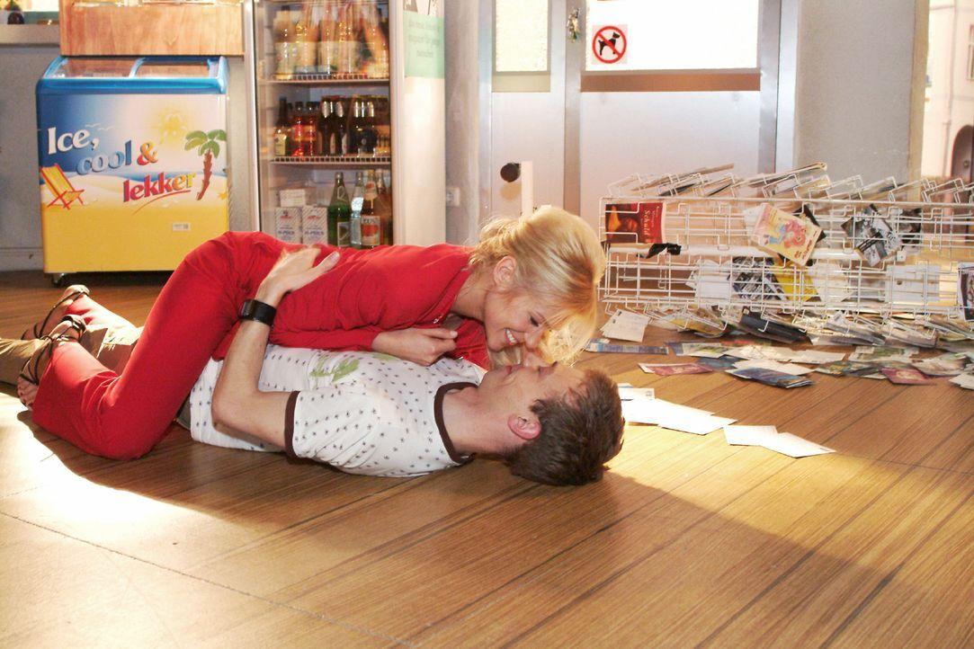 Jürgen (Oliver Bokern, unten) ist überglücklich, dass Sabrina (Nina-Friederike Gnädig, oben) mit ihm zusammenziehen will. - Bildquelle: Monika Schürle Sat.1