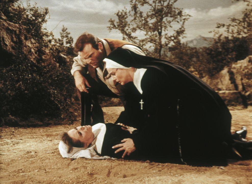 Hoss (Dan Blocker, l.) ist in der Postkutsche unterwegs nach Denver. Als Banditen diese überfallen und den mitreisenden Nonnen, Oberin Veronica (Ilk... - Bildquelle: Paramount Pictures