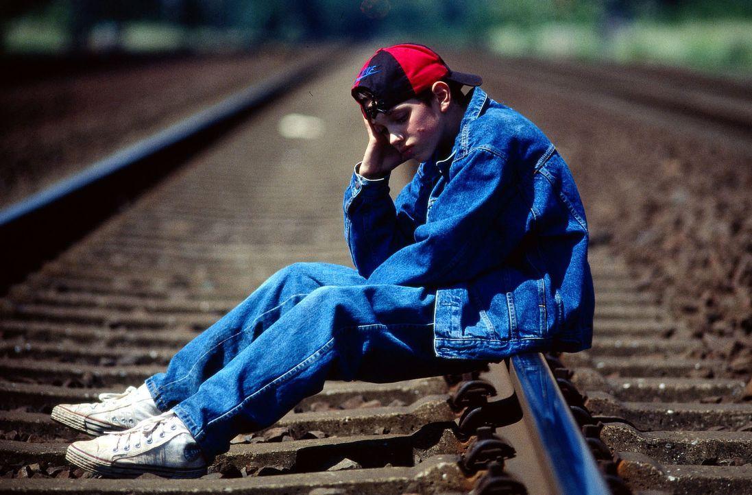Kai Steiner (David Hammel) ist total verzweifelt und will sich das Leben nehmen, weil seine Versetzung stark gefährdet ist und sein strenger Vater i... - Bildquelle: Bernd Spauke Sat.1