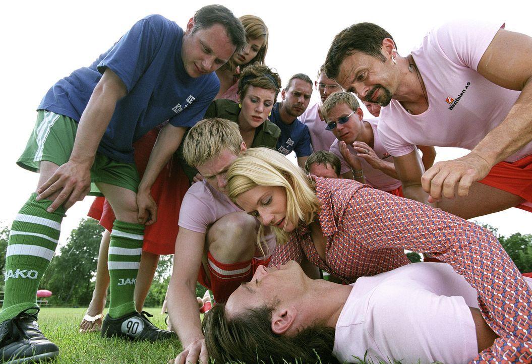 Mund-zu-Mund-Beatmung: Tom (Jan Sosniok, liegend) und Andrea (Doreen Jacobi, knieend) ... - Bildquelle: Stefan Erhardt ProSieben