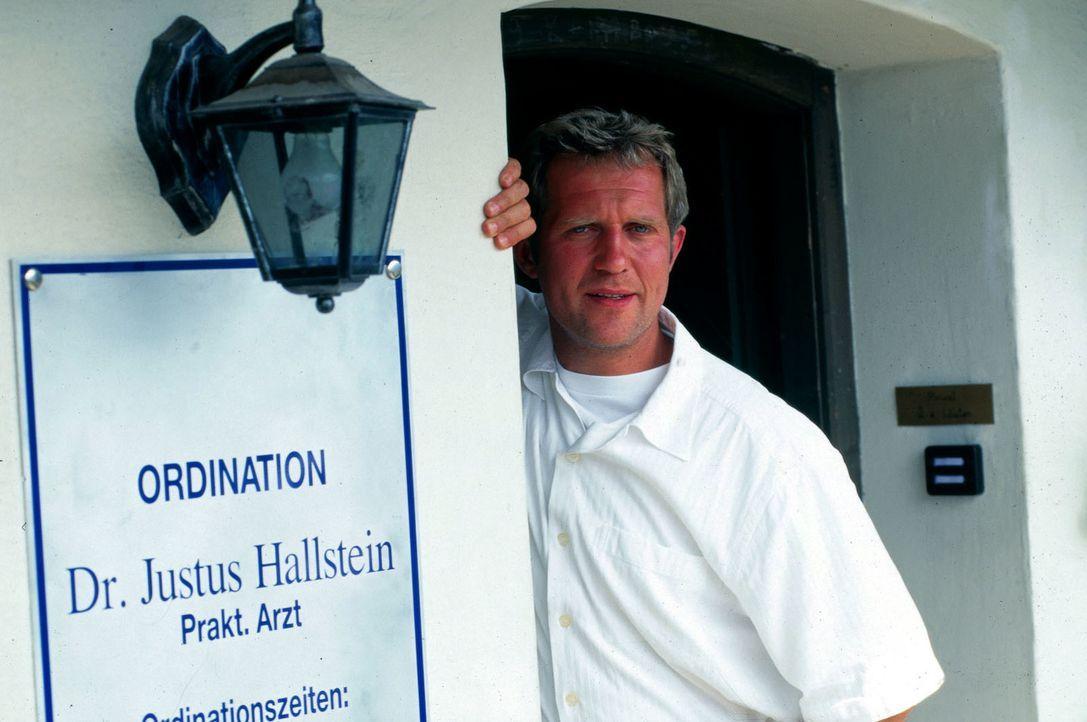 Dr. Justus Hallstein (Harald Krassnitzer, r.) hilft in allen Lebenslagen, aber wird er in Sonnenstein bleiben? - Bildquelle: Beta Film GmbH