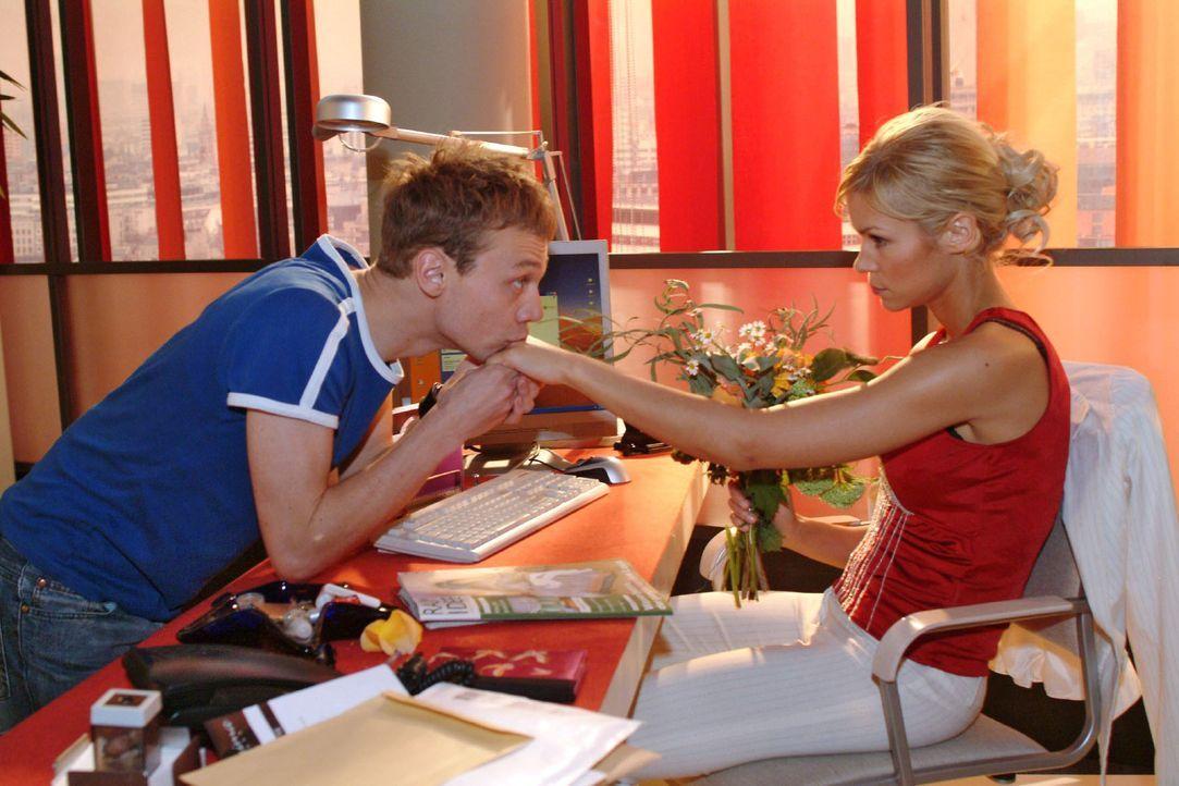 Jürgen (Oliver Bokern, l.) erklärt Sabrina (Nina-Friederike Gnädig, r.), dass sie immer die Frau seiner Träume sein wird. - Bildquelle: Monika Schürle Sat.1