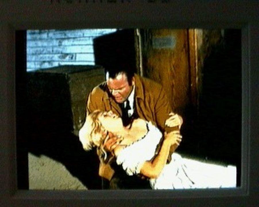 Hoss (Dan Blocker) hat das Saloon-Girl Shirley Patrick gefunden. Das Mädchen ist tot, wahrscheinlich ermordet. Hoss hat sofort einen Verdächtigen: F... - Bildquelle: Paramount Pictures