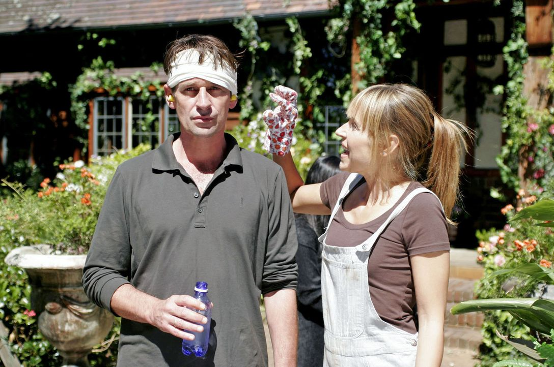 Christoph (Max Tidof, l.) und Simone (Anica Dobra, r.) verzweifeln an ihren Mitbewohnern. - Bildquelle: Boris Guderjahn Sat.1