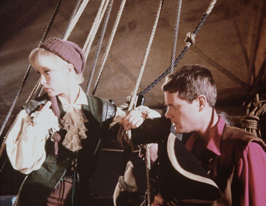 Jeannie (Barbara Eden, l.) wollte ihrem Meister (Larry Hagman, r.) einen Kindheitstraum erfüllen und hat ihn zum Kapitän eines Piratenschiffes gemac... - Bildquelle: Columbia Pictures