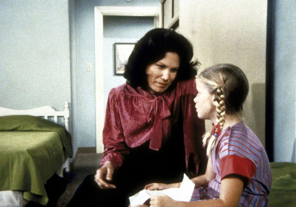 Die Heimmutter, Mrs. Santana (Karmin Murcelo, l.), hat für Sarah (Kelley Parker, r.) Adoptiveltern gefunden. - Bildquelle: Worldvision Enterprises, Inc.