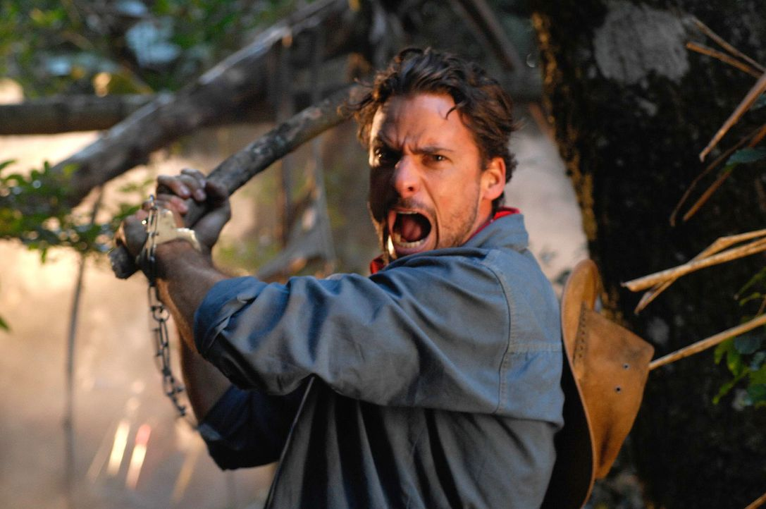 Als Vic (Stephan Luca) mitten im Dschungel ein eigenartiges Geräusch hört, ist er überzeugt, dass es seine Verfolger sind - und schlägt zu. Unglückl... - Bildquelle: David Gur SAT.1