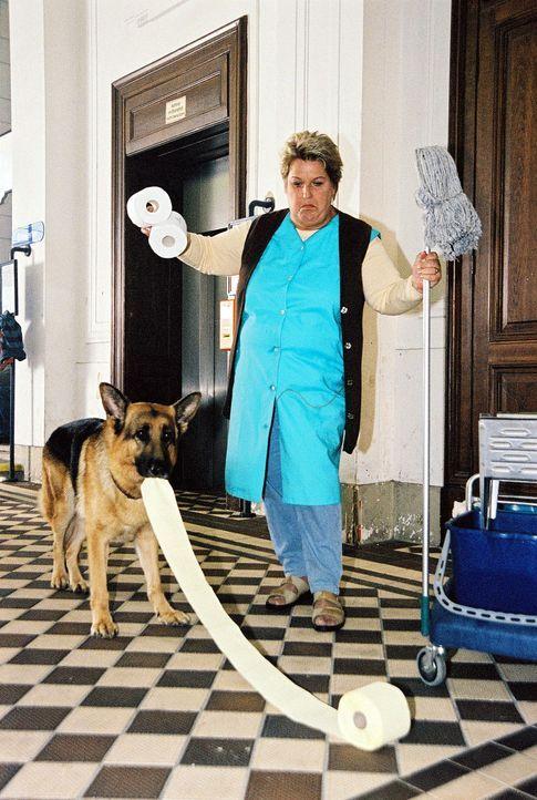 Rex versucht vergeblich, der Putzfrau (Stefanie Werger) zu helfen. - Bildquelle: Ali Schafler Sat.1