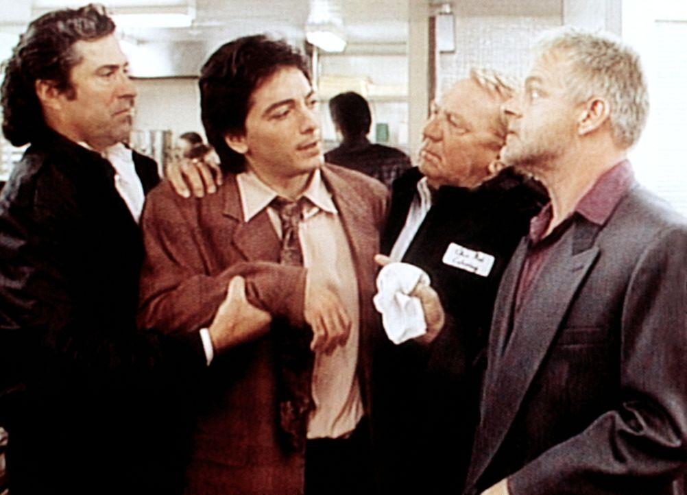 Jack (Scott Baio, 2.v.l.) erkundigt sich vorsichtig bei Big Angie (Michael Champion, r.), welche Medikamente er von Dr. Nash erhalten hat. Angies Bo... - Bildquelle: Viacom