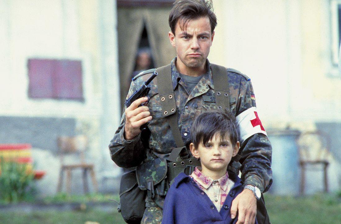 Ist Unteroffizier Matthis (Felix Eitner) wirklich ein Mörder, der einen kleinen Jungen töten will? - Bildquelle: Jiri Hanzl ProSieben
