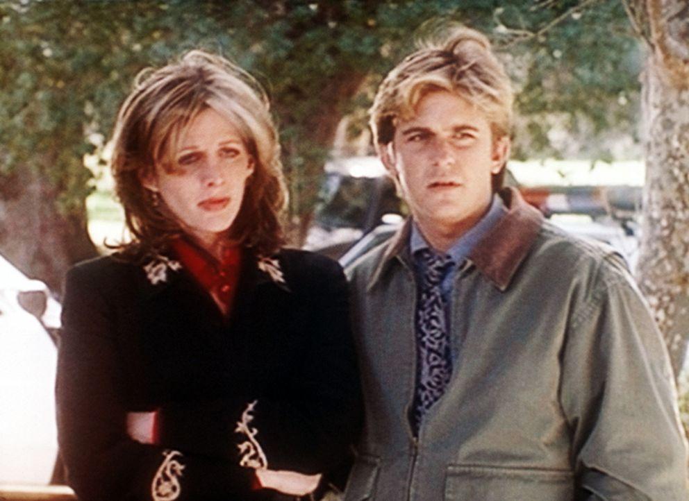 """Jesse (Charlie Schlatter, r.) tröstet Krystie (Tracy Nelson, l.), die durch ihre übersinnlichen Fähigkeiten einen Mord """"gesehen"""" hat und deswegen je... - Bildquelle: Viacom"""