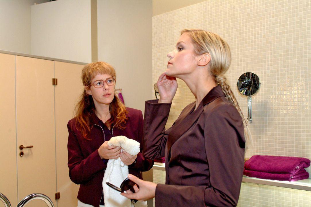Auf die falsche Art versucht Sabrina (Nina-Friederike Gnädig, r.) aus Lisa (Alexandra Neldel, l.) herauszubekommen, was zwischen ihr und Blum läuft.... - Bildquelle: Monika Schürle Sat.1